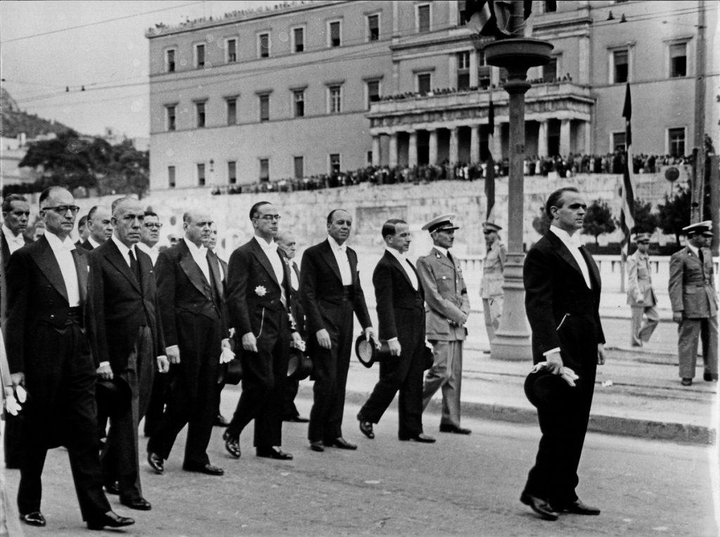 <b>5 Οκτωβρίου 1955</b><br><br>Λαμβάνει από τον βασιλιά Παύλο εντολή σχηματισμού κυβέρνησης μετά τον θάνατο του Αλ. Παπάγου