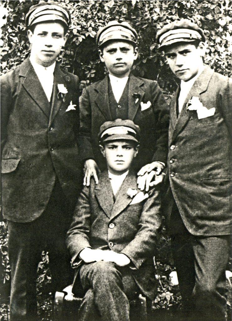 <b>1913-1924</b><br><br>Σπουδάζει, διαδοχικά, στα σχολεία της Πρώτης, της Νέας Ζίχνης, των Σερρών και της Αθήνας