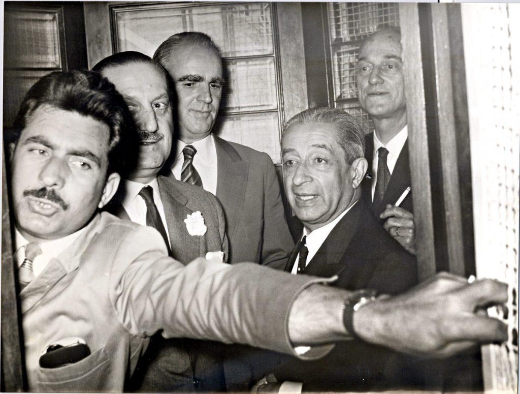 <b>11 Ιουνίου 1963</b><br><br>Παραιτείται από την πρωθυπουργία ύστερα από διαφωνία με τα Ανάκτορα. Αναχωρεί στο εξωτερικό