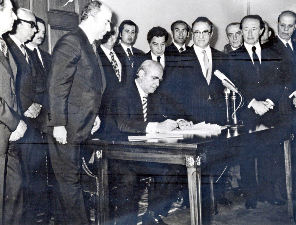 <b>9 Ιουνίου 1975</b><br><br>Υπογραφή του νέου Συντάγματος